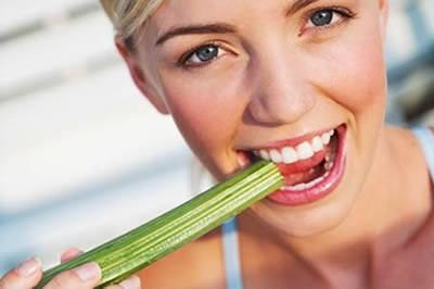 Mujer comiendo Apio
