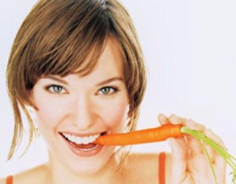 Mujer comiendo Zanahoria
