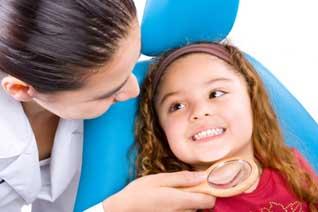 Niña en dentista