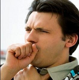 Hombre tosiendo