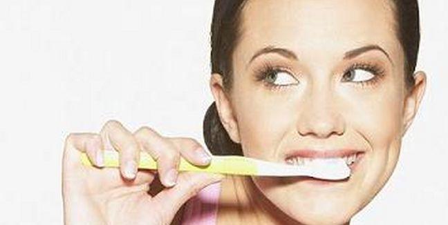 Mujer Cepillandoce los dientes
